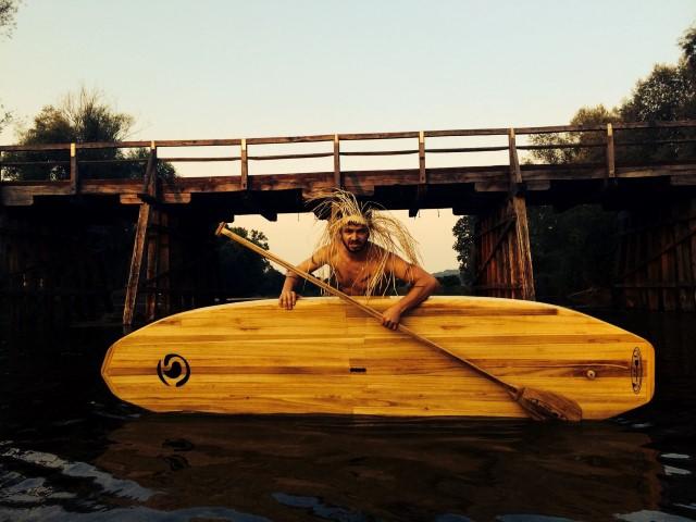 Kostanjeviški domorodec z lesenim SUP-om